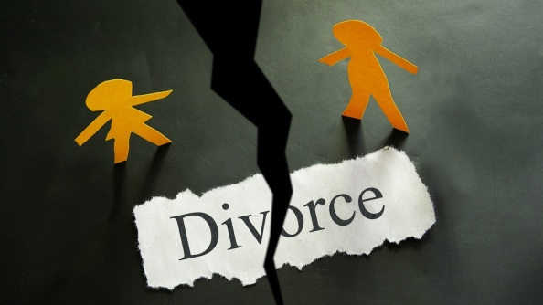 torn piece of paper with divorce text and paper couple figures